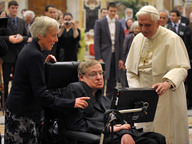 Ikona ateističke nauke, Stiven Hoking, i ikona crkve, papa