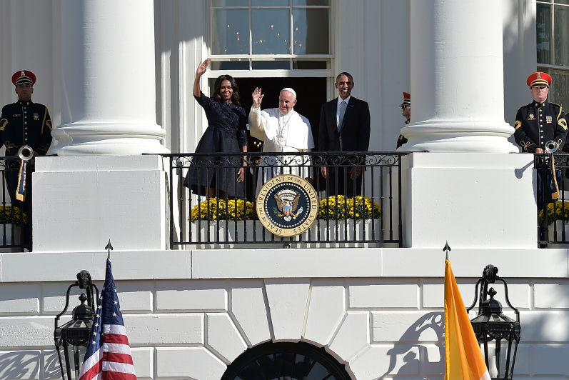 US President Barack Obama and Pope Francis wave during an arrival ceromony at the White House on September 23, 2015 in Washington, DC. President Barack Obama hosts Pope Francis at the White House for the first time Wednesday, warmly embracing the Catholic pontiff seen as both a moral authority and potent political ally. AFP PHOTO / VINCENZO PINTO (Photo credit should read VINCENZO PINTO/AFP/Getty Images)