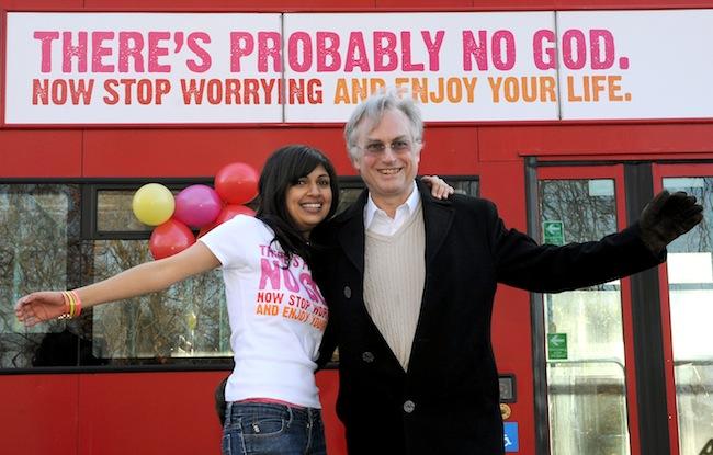 Ateistička reklamna kampanja: prof. Ričard Dokins sa jednom aktivistkinjom