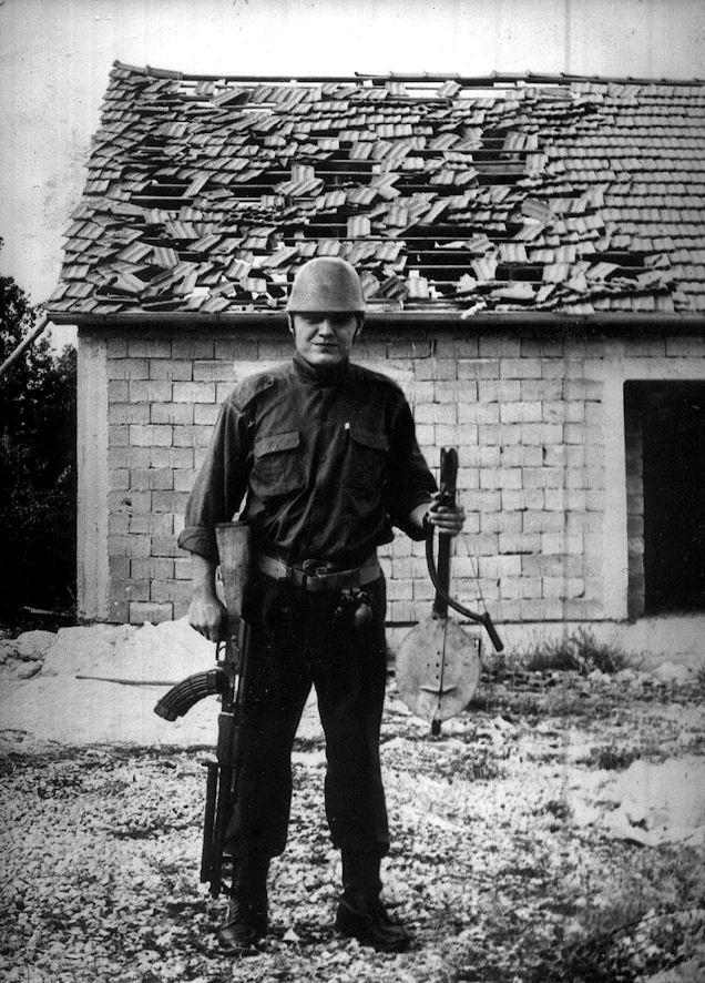 Petrović na dubrovačko-trebinjskom ratištu sa simbolima junaštva u rukama i (ironično) posledicama istog iza njega